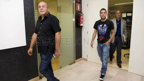Jordi Alba arrives at the club offices