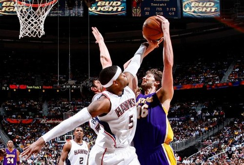 Josh Smith defending Pau Gasol