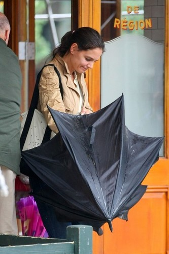 Katie Holmes and Suri Eat Out in NYC [July 20, 2012]