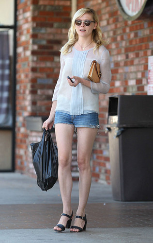 Kirsten Dunst Leaving A Convenience Store [July 17, 2012]