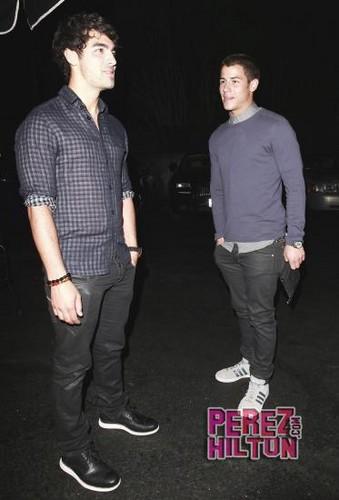 Nick and Joe Jonas out to رات کے کھانے, شام کا کھانا