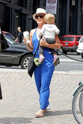 розовый helps Willow take some of her first steps as she leaves her hotel with Carey Hart [July 15]