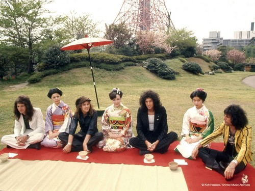 queen fondo de pantalla probably containing a business district and a meteorological balloon entitled queen in japón - 1975