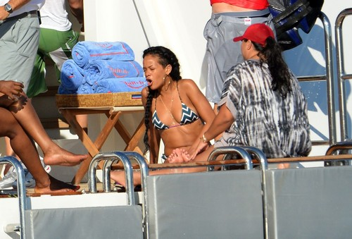 Relaxes With Drinks And vrienden In Saint-Tropez [21 June 2012]