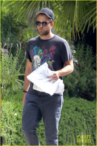 Robert - Leaves Paramount Studios  - July 18, 2012 - robert-pattinson Photo