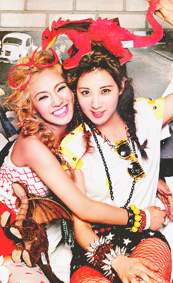 S♥NEISM wallpaper possibly containing a bouquet and a bridesmaid called Seohyun & Hyoyeon