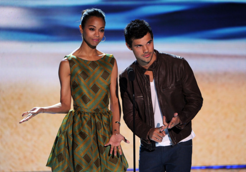 Taylor Lautner پیپر وال titled Taylor - Teen Choice Awards 2012 - دکھائیں