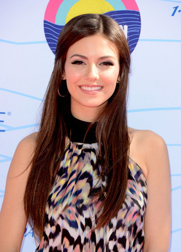 Victoria Justice arrives at the Teen Choice Awards 2012
