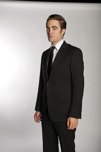 'Cosmopolis' Exclusive Promo Pics: Rob SUITS/スーツ Up In Gucci!