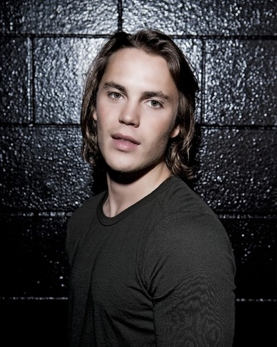 Taylor Kitsch Hintergrund probably with a chainlink fence and a portrait called ♥♥ Taylor Kitsch ♥♥