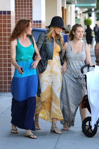 Blake with her sister Robyn and 프렌즈 in Beverly Hills