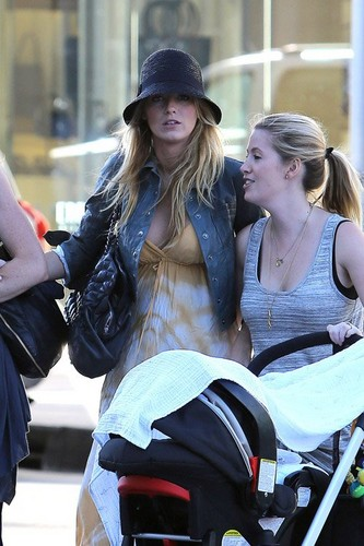 Blake with her sister Robyn and دوستوں in Beverly Hills