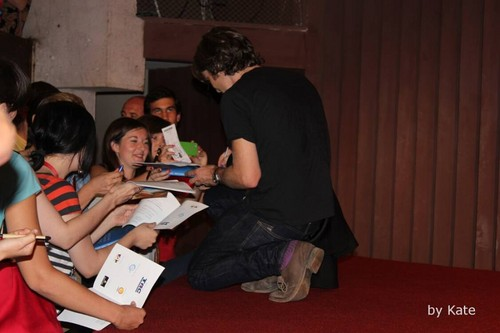 Cillian signing autographs