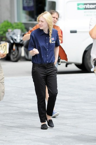 Dakota Fanning on set &#34;Very Good Girls&#34; 31 july 2012 - dakota-fanning Photo