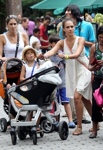 Jessica Alba Takes Her Daughters to the Zoo [July 27, 2012]