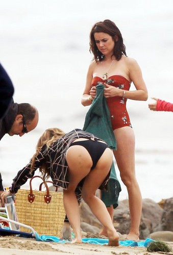 """Jessica in her 水着 while filming """"90210"""" on the ビーチ in Malibu"""
