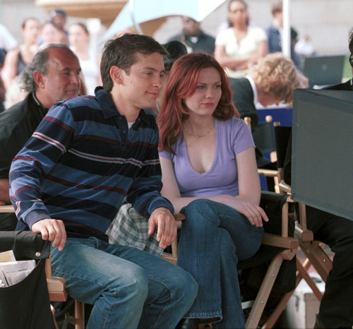 "Kirsten Dunst achtergrond probably containing a park bench called Kirsten behind the scenes of ""Spider-Man"""