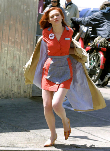 "Kirsten Dunst karatasi la kupamba ukuta possibly containing bare legs, hosiery, and a hip boot called Kirsten behind the scenes of ""Spider-Man"""