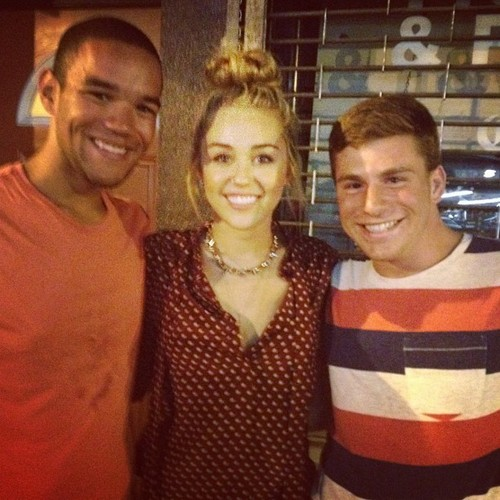 Miley - Νew fã Pics.