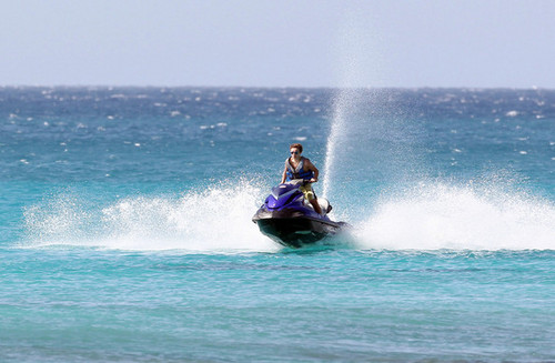 Nathan Sykes Jetskiing at Sandy Lane pantai in Barbados
