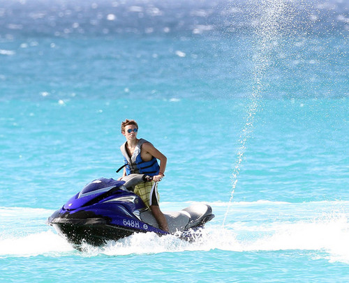 Nathan Sykes Jetskiing at Sandy Lane spiaggia in Barbados