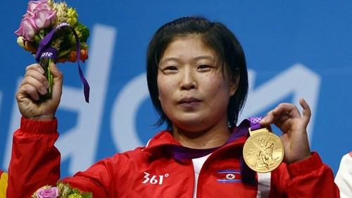 North Korea's Rim Jong Sim wins dhahabu in the women's 69kg weightlifting