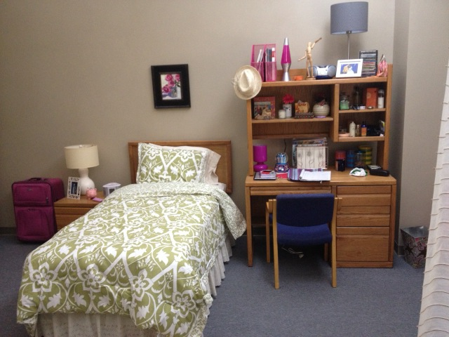 Rachel 39 s dorm room in ny her roommates part rachel for Dorm room decor quiz