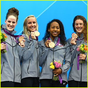 Team USA wins goud at the women's 4x200m freestyle relay