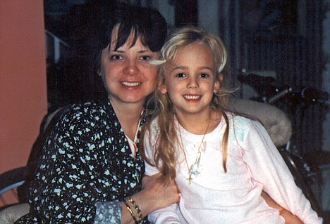 The last picture of JonBenet, taken クリスマス morning 1996 with her mother Patsy