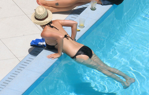 Wearing A Bikini At A Hotel Pool In Miami [26 July 2012]