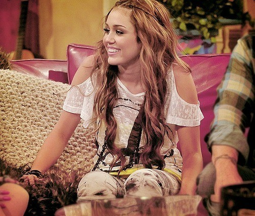 Miley Cyrus wallpaper entitled miley <33