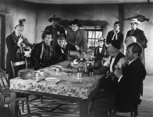 'Stagecoach' John Wayne and vrienden on set