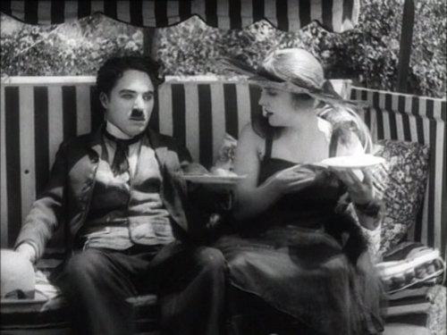 Charlie Chaplin karatasi la kupamba ukuta with a park bench titled ¢нαяℓιє
