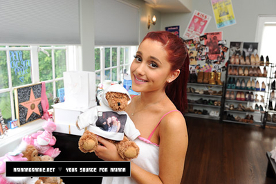 アリアナ・グランデ 壁紙 probably with a neonate called Ariana Grande Photoshoot Outtakes