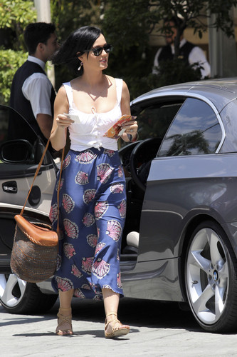Katy Perry kertas dinding probably with a jalan titled Arrives At The Four Seasons Hotel In Los Angeles [5 August 2012]