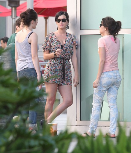 Katy Perry karatasi la kupamba ukuta probably containing bare legs called At The Arclight Cinemas In Hollywood [11 August 2012]