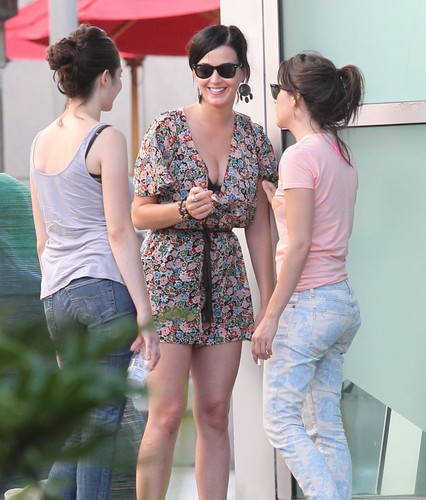 Katy Perry karatasi la kupamba ukuta possibly containing bare legs, hosiery, and sunglasses titled At The Arclight Cinemas In Hollywood [11 August 2012]