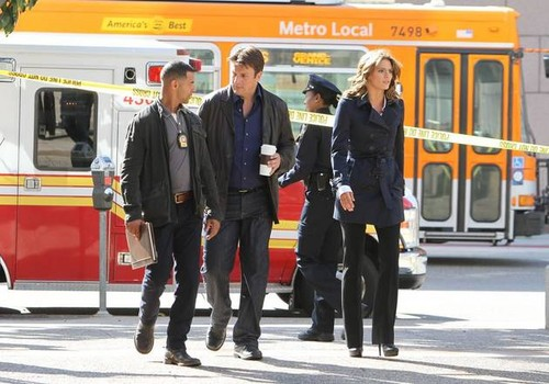 قلعہ Season 5 Behind-the-Scenes Set Pictures of Nathan Fillion, Stana Katic, and Jon Huertas!