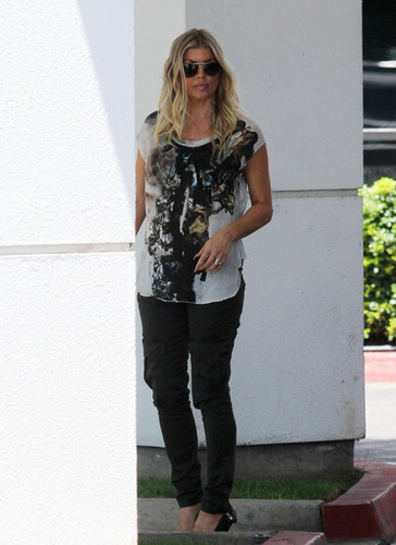 Fergie Gets Picked Up At Her home pagina [August 10, 2012]