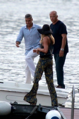 George Clooney and Stacy Keibler Get on a ボート [August 9, 2012]
