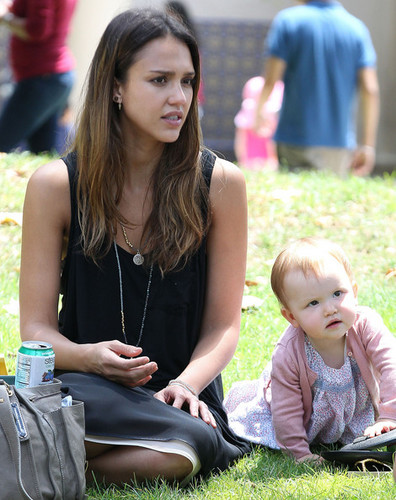 Jessica Alba And Family Enjoy A день At The Park [August 4, 2012]