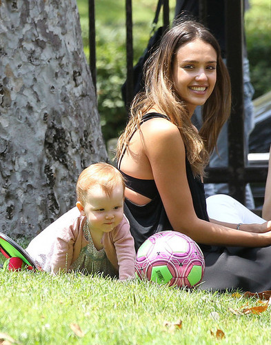 Jessica Alba And Family Enjoy A jour At The Park [August 4, 2012]