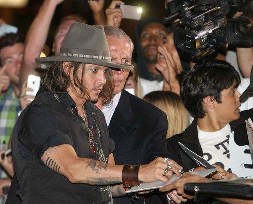 Johnny Depp arrives at ピンク タコス