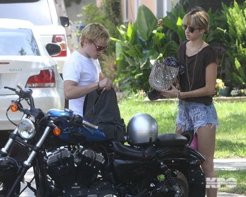 Josh & Lanchen driving to the 电影院