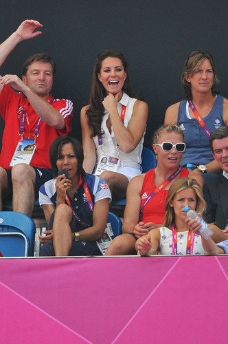 Kate cheering on the Great Britain hockey team during 일 14 of the OG
