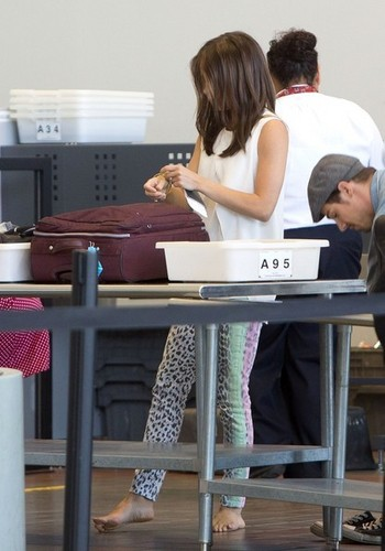 Kristin and chim giẻ cùi, jay at Los Angeles Airport (July 4th, 2012)
