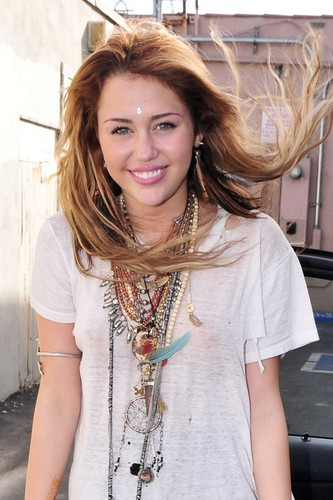 マイリー・サイラス 壁紙 possibly containing an outerwear and a portrait called Miley-Cyrus-See-Through-Shirt-1.jpg