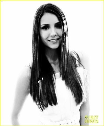Nina pose for JustJared.com at 2012 Comic-Con