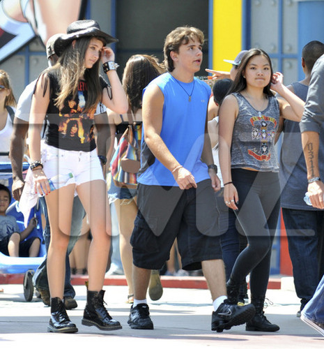 Prince Michael Jackson wallpaper titled Paris Jackson, Prince Jackson and Niki Berger at Six Flags August 2012