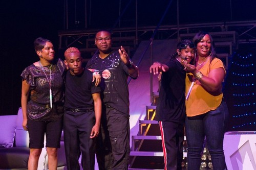 Mindless Behavior kertas dinding possibly with a konsert entitled Prodigy and ray ray w/ their parents.